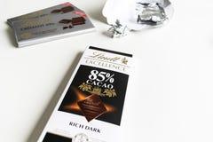Bar de chocolat de Lindt Cremant 49%, excellence, cacao de 85%, obscurit? riche photos libres de droits