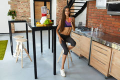 Bar de forme physique de céréales pour le régime Femme en bonne santé d'ajustement buvant du jus frais nutrition Photographie stock libre de droits