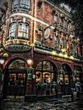 Bar de Londres extérieur dans la lumière de soirée au jardin de Covent Image libre de droits