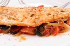 Bar de mer avec des légumes d'un plat Photographie stock libre de droits
