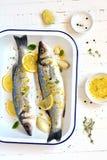 Bar de mer avec le citron et le thym photographie stock