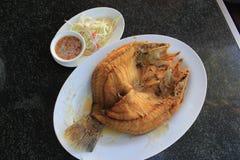 Bar de mer frit avec de la sauce à poissons Photographie stock