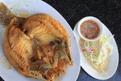 Bar de mer frit avec de la sauce à poissons Images stock