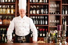 Bar de vin de cuisinier de chef restant le restaurant confiant image libre de droits