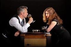 Bar de vinos de consumición de la mujer del hombre Imagen de archivo libre de regalías