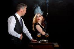 Bar de vinos del humo de la mujer del hombre imágenes de archivo libres de regalías
