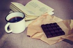 Bar der dunklen Schokolade, des Bechers Kaffees und des Buches der Gedichte lizenzfreie stockbilder