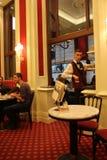 Bar di hotel di Sacher, con un cameriere Fotografia Stock Libera da Diritti