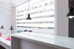 Bar do prego e do pedicure moderno com o verniz para as unhas colorido em um r Fotografia de Stock Royalty Free