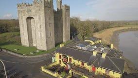 Bar do ` s do castelo e do Durty Nelly de Bunratty, Irlanda - 31 de janeiro de 2017: Ideia aérea do ` s da Irlanda a maioria de b video estoque