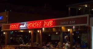 Bar dos tolos e dos cavalos em Protaras, Chipre o 9 de junho de 2018 imagens de stock royalty free