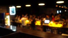 Bar in een nachtclub Binnenlands Houten bureauruimte en partijtijd stock video