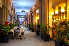 Bar en verlichte passage in Alba, Italië Stock Fotografie