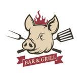 Bar et grill Tête de porc avec des outils de cuisine d'isolement sur le blanc Photos libres de droits