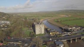 Bar för Bunratty slott- och Durty Nelly ` s, Irland - Januari 31st 2017: Flyg- sikt av mest berömda slotten för Irland ` s den oc stock video