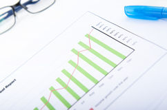 BAR GRAPH WITH EYEGLASSES AND A MARKER PEN Royalty Free Stock Images