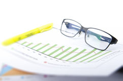 BAR GRAPH WITH GLASSES AND HIGHLIGHTER PEN Royalty Free Stock Images