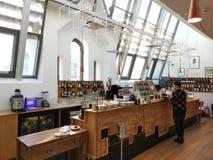 Bar herbaciana strefy na piętrze - Carturesti księgarnia obraz royalty free