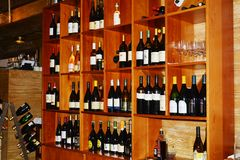 Bar i butelki wina na półkach Obrazy Stock