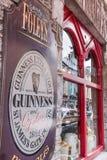 Bar i Kenmare med det Guinness tecknet royaltyfria bilder