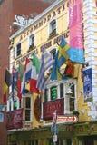 Bar i tempelstångområde i Dublin Ireland med europeiska flaggor Arkivfoto