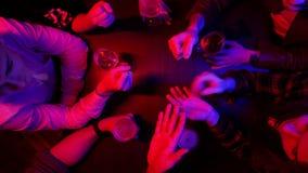 Bar met T.L.-verlichting Mensen die tijd samen doorbrengen Het spelen rotsdocument schaar stock footage