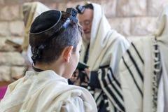 Bar-mitsvah juif, priant dans une synagogue avec le tallit Images stock
