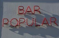 Bar populair in neonlicht Stock Afbeelding