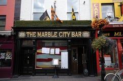 Bar typique dans Kilkenny du centre, Irlande Photos stock