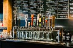 Bar van het Zeeks de Pizza geassorteerde bier Stock Foto