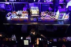 Bar voll mit alkoholischen Getränken und Cocktails Lizenzfreies Stockbild