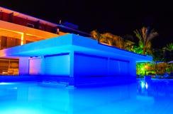Bar w Europejskim pływackim basenie blisko morza przy nocą zdjęcia stock