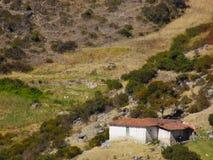 Baracca isolata della società sui pendii di montagna fotografia stock libera da diritti