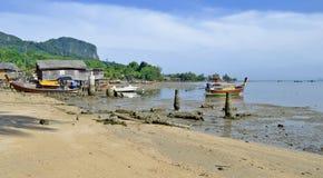 Baracche e barche dei pescatori a bassa marea all'isola di Mook Fotografia Stock Libera da Diritti
