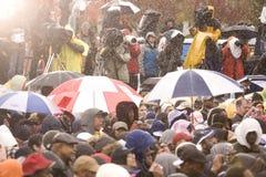 Barack Obama告诉在指挥台在倾吐的雨中 免版税库存照片