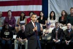 Barack Obama que habla en ayuntamiento Imagenes de archivo