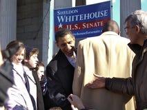 Barack Obama rüttelt Hände Stockbilder