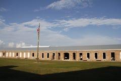 Baracker på fortet Zachary Taylor med Förenta staterna sjunker i förgrund Arkivfoton