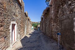 Barackgata (Rua DOS Quartéis) i den medeltida staden av Castelo de Vide Royaltyfri Foto