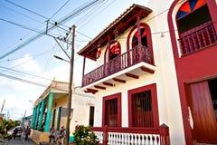 Baracoa, Cuba - 21 décembre 2016 : Vieilles maisons colorées pendant le ch Photographie stock libre de droits