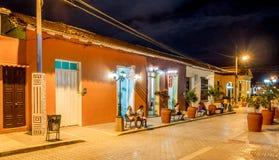 Baracoa gata på nattKuban Arkivfoto
