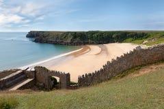 Barafundle fjärd, avskild strand i Wales Royaltyfri Bild