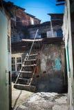 Barak met ladder in stedelijk district voor slechte Yerevan, Armenië royalty-vrije stock foto