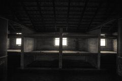 Barak para mães com as crianças campo de concentração de Auschwitz - de Birkenau Pistas da prisão para crianças Concentração alem imagens de stock
