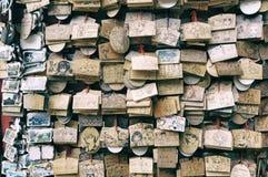 BARAKI, ЯПОНИЯ - 23-ье августа 2016 Ema малые деревянные металлические пластинкы дальше Стоковые Изображения RF