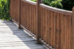 Barandilla de madera del puente sobre el río imagenes de archivo