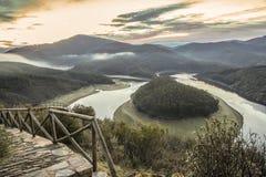 Barandilla de madera en el meandro del río de Alagon el Melero Fotos de archivo