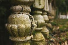 Barandilla destruida vieja en un parque abandonado del otoño imagen de archivo