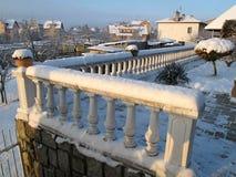 Barandillas blancas de la terraza en nieve del ingenio del invierno Imagen de archivo