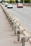 Barandillas de la carretera con el acercamiento de los coches Fotografía de archivo